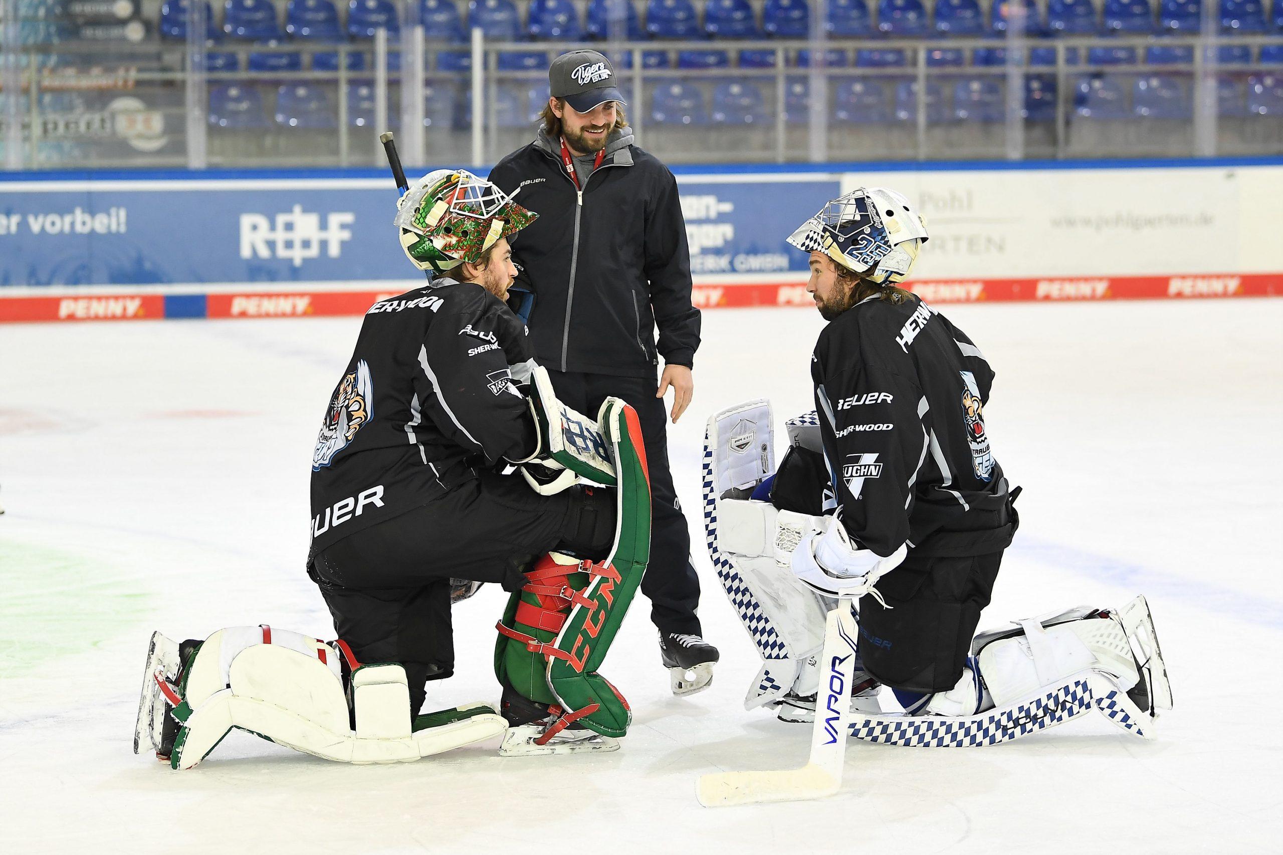 Foto von Torwart Mat Robson, Torwart-Trainer Manuel Litterbach und Torwart Sebastian Vogl
