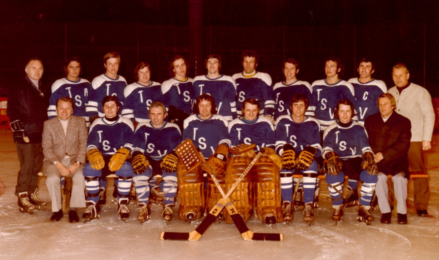 Gruppenfoto mit den Spielern der Straubing Tigers von 1973