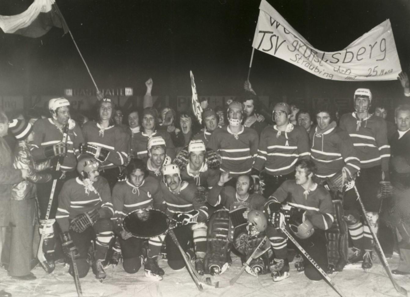 Gruppenfoto mit den Spielern der Straubing Tigers von 1975