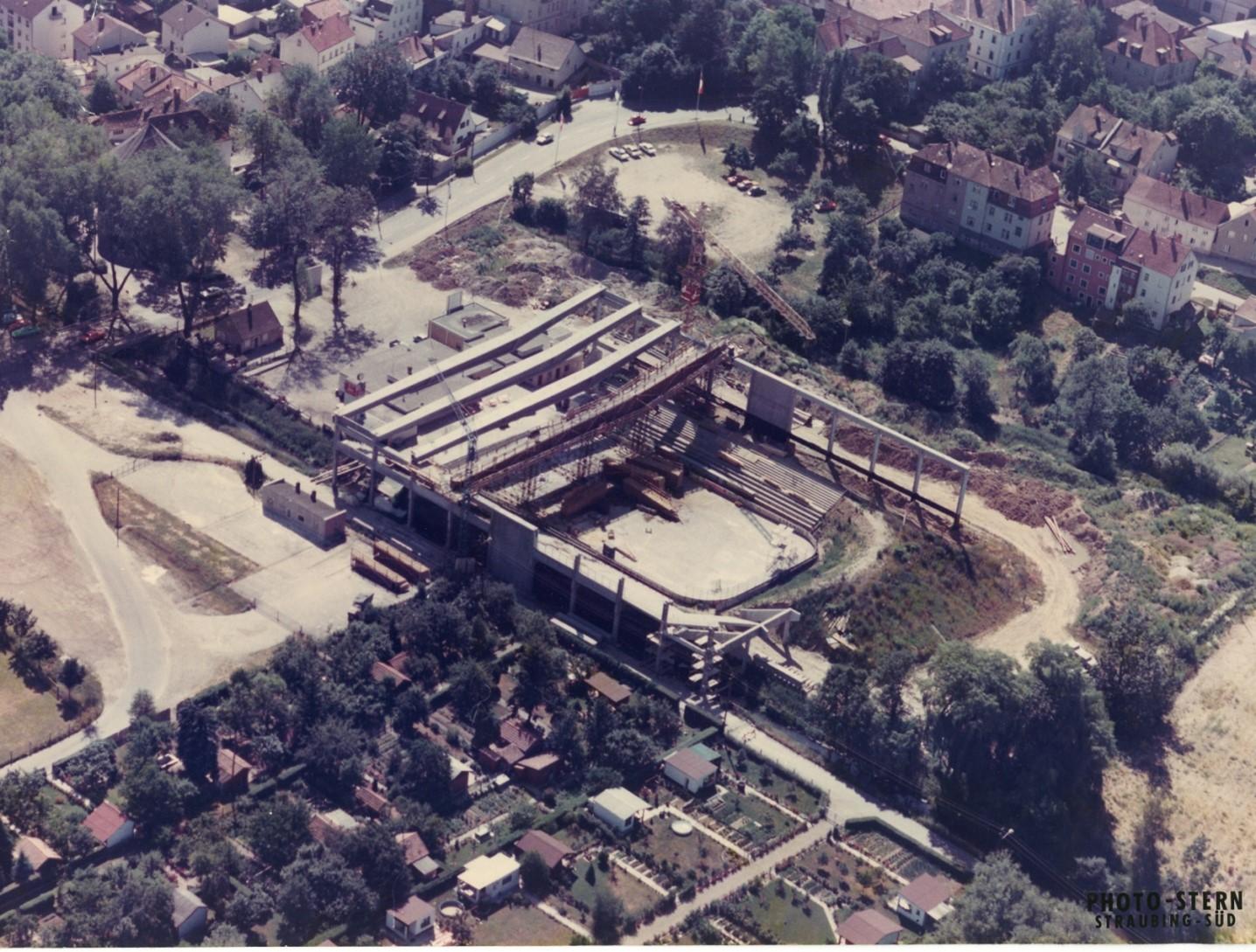 Luftaufnahme von der Baustelle beim Bau des Eisstadions 1976
