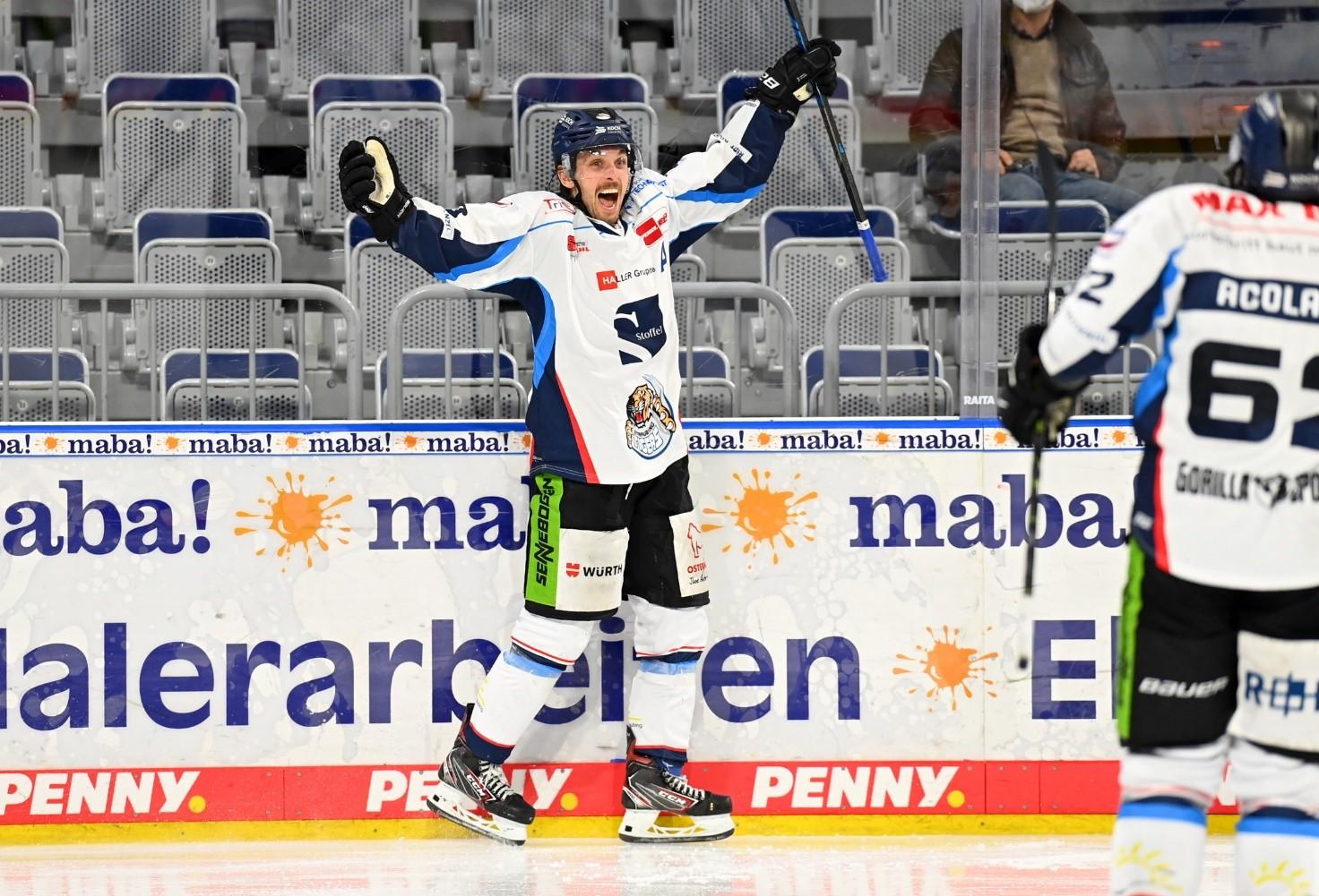 Spieler der Straubing Tigers jubelt auf der Eisfläche