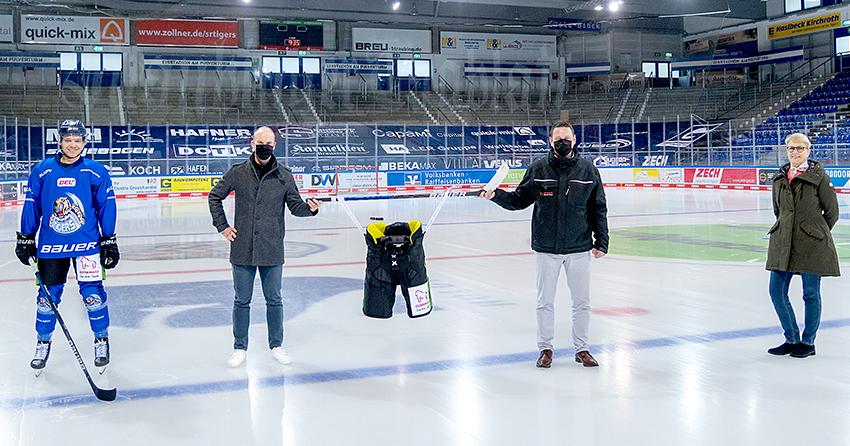 Gruppenfoto mit Gaby Sennebogen, einem Spieler der Straubing Tigers und dem Autohaus Ostermeier