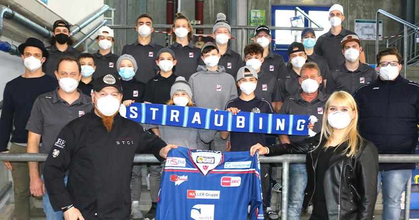 Gruppenfoto mit Lucki Maurer und dem Nachwuchs des EHC Straubing