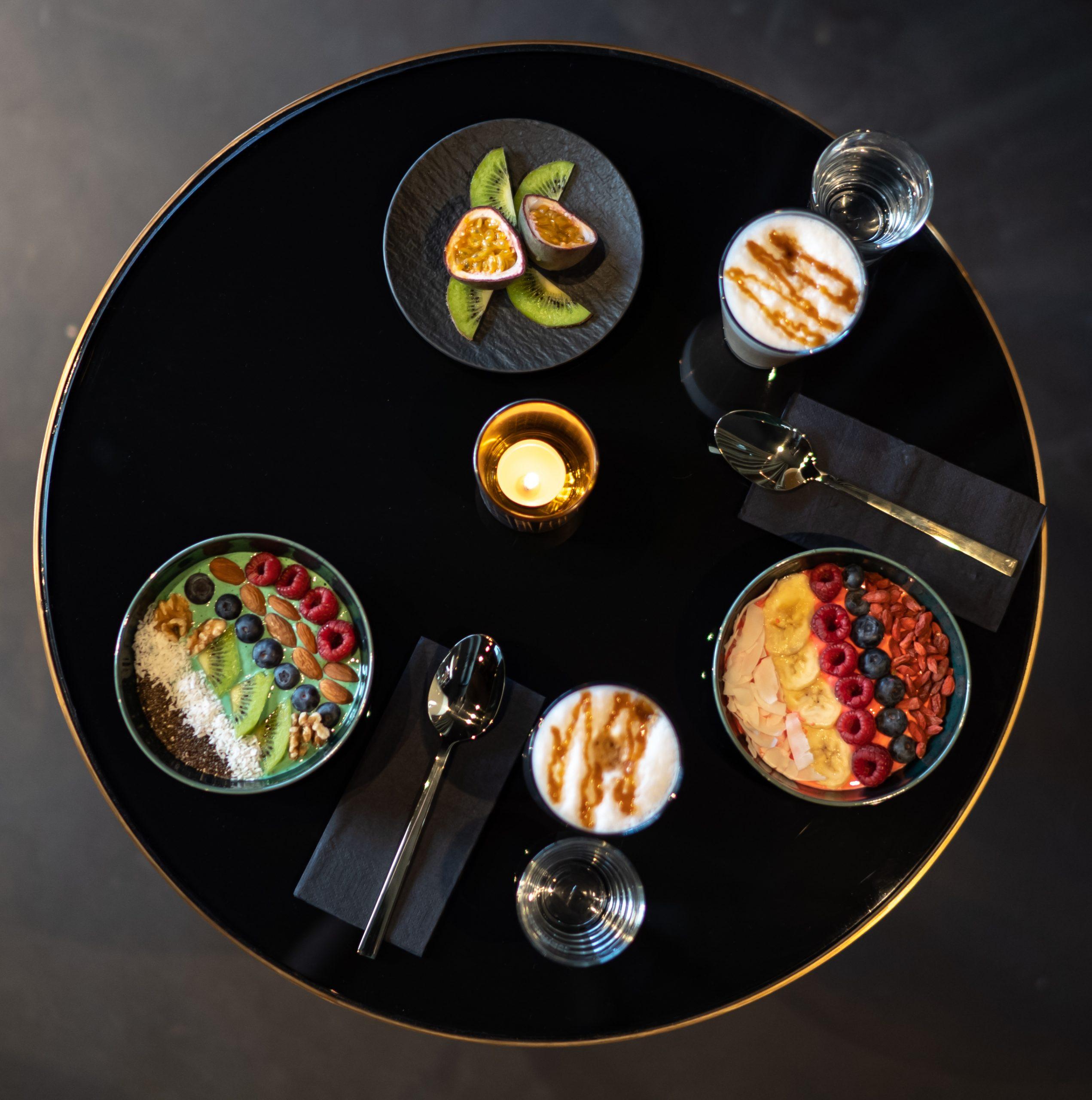 Essen und Getränke auf einem Tisch