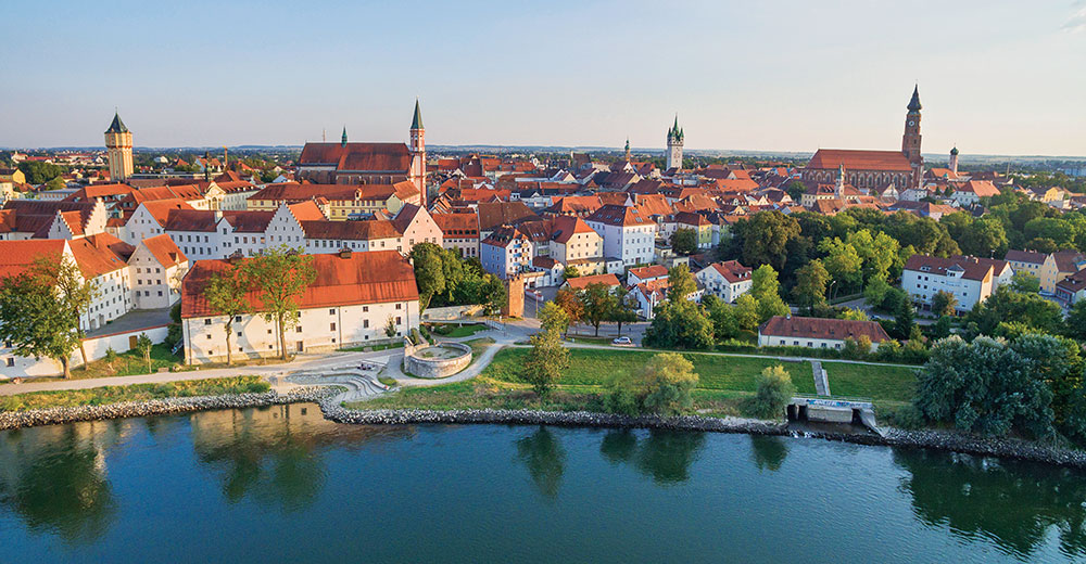 Drohnenaufnahme der Donau an der Stadt Straubing
